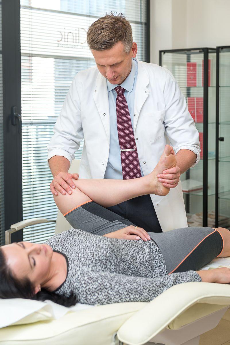 Uszkodzenie łąkotki - Rafał Mikusek ortopeda traumatolog bada kolano
